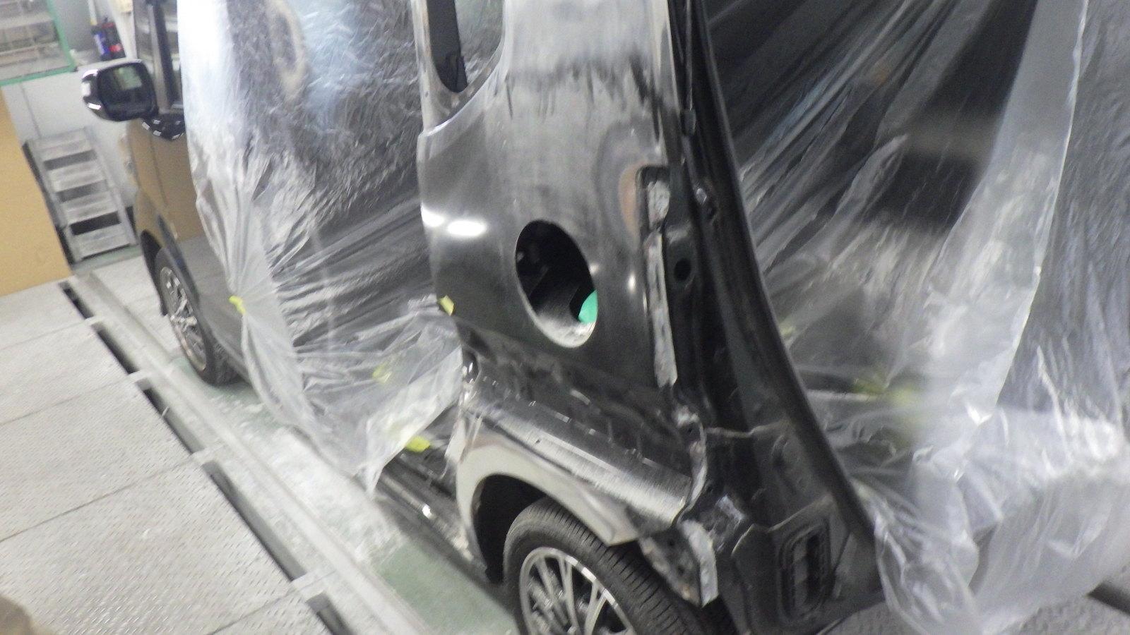 ホンダ N-BOX 板金塗装作業中